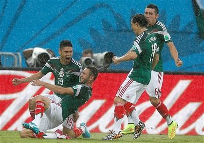 México supera erros de arbitragem e bate Camarões