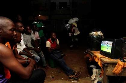 Pessoas assistem ao Mundial de Futebol na Nigéria através da televisão