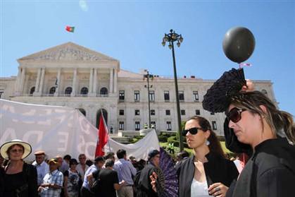 Perto de 3000 advogados à porta do Parlamento