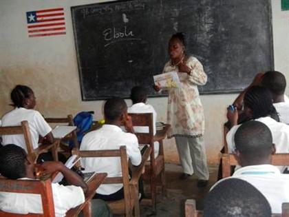 Uma professora fala aos alunos acerca do vírus do Ébola em Foya, na Libéria