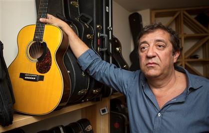 """Rui Veloso guarda a guitarra no """"armazém"""" onde estão algumas das 80 que possui"""