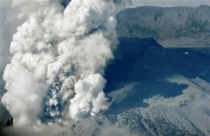 Helicóptero sobrevoa a nuvem de fumo causada pela erupção do Monte Ontake