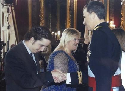 Nicolás a cumprimentar Felipe VI depois da cerimónia da sua proclamação