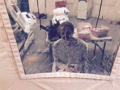 Quando ainda estava numa tenda, a enfermeira comunicava com o exterior através desta janela de plástico