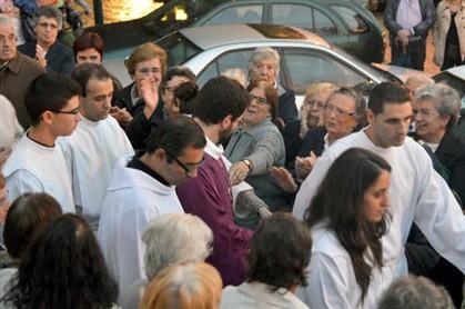 Protesto contra a saída do padre em Canelas e obriga a intervenção policial