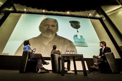 Julian Assange num momento da sua intervenção