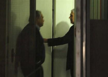 O momento em que o advogado João Araújo anuncia aos jornalistas a prisão preventiva de José Sócrates. E afirma que vai recorrer
