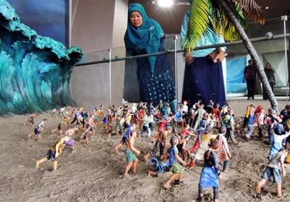 10 anos do tsunami: Recriação de maremoto em museu gera curiosidade e sobressaltos
