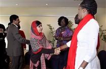 Malala Yousafzai, de 17 anos, na reunião com familiares das raparigas raptadas pelo Boko Haram, hoje em Abuja, na Nigéria