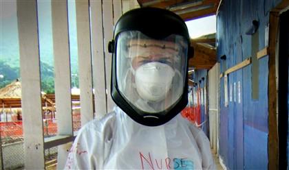 Enfermeira em Serra Leoa a ajudar crianças com ébola.