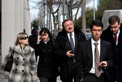 Os arguidos com os seus advogados