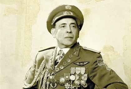 O general Humberto Delgado fardado a rigor numa fotografia inédita