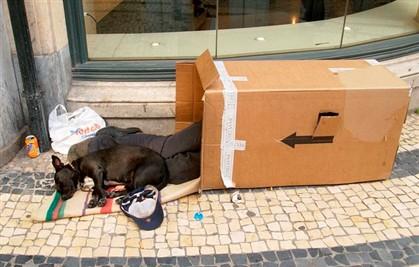 Os sem abrigo são um sinal evidente das dificuldades de vida no país