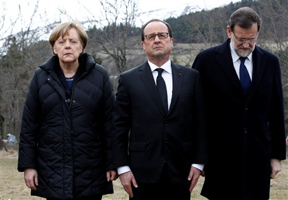 Merkel emocionada ao lado do presidente franc�s, Fran�ois Hollande, e do primeiro-ministro espanhol, Mariano Rajoy, na homenagem �s v�timas da queda do avi�o da Germanwings nos Alpes Franceses