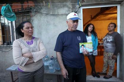 Maria Júlia e Manuel João Sequeira, avós de Maria Isabel, a criança que morreu depois de alegadamente ter sido espancada pelo padrasto. O avô mostra a fotografia de Carlos, de 4 anos, que foi hospitalizado