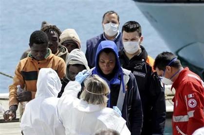 Imigrantes ilegais resgatados pelas autoridades italianos chegam a Palermo, em Itália