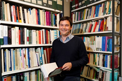 Thomas Piketty fotografado no seu escritório em maio do ano passado