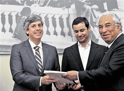 """O relatório """"Uma Década para Portugal"""" foi coordenado por Mário Centeno (à esquerda, com Galamba e Costa). Este documento será uma base de trabalho para o programa eleitoral do PS, que será apresentado a 6 de junho"""