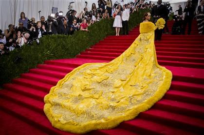 A cantora Rihanna vestiu um pesado manto amarelo de Guo Pei