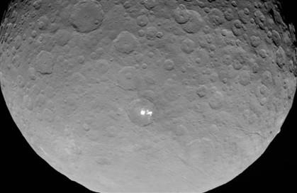 NASA revela foto mais detalhada dos pontos brilhantes em Ceres