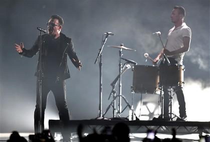 Um fã subiu ao palco para lembrar os U2 dos acordes de um tema antigo
