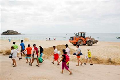 Praia ameaçada da Arrábida recebeu dez camiões de areia
