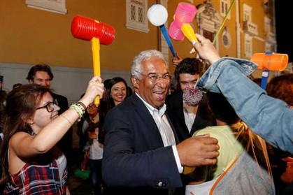 António Costa levou marteladas, tirou fotos e distribuiu beijos no São João de Gaia