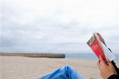 Ler na praia é um hábito que se repete