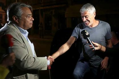 José Sócrates cumprimenta o advogado João Araújo à chegada a casa em Lisboa