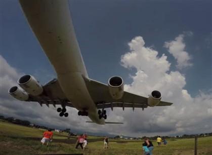 [Internacional] Avião quase aterrissa em cima de carros na Costa Rica Ng4851152