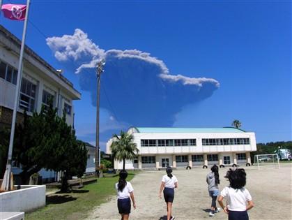 Shindake acordou. Erupção violenta lançou fumo negro a 9 mil metros
