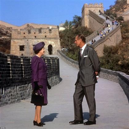 Com o marido, o príncipe Filipe, na Grande Muralha da China, em 1986