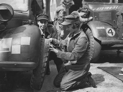 Quando fez 18 anos, Isabel alistou-se no exército e recebeu treino como mecânica