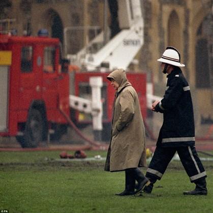 A Rainha após o incêndio que destruiu parte do Castelo de Windsor