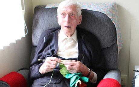 Alfred Date aprendeu a tricotar com a cunhada nos anos 1930.