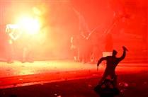 Um polícia a atirar uma garrafa no Marquês? Fotos mostram isso mesmo e tornam-se virais
