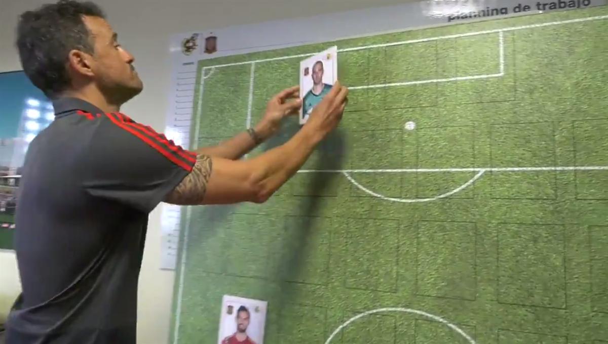 eb2dadef065da Luís Enrique usa cromos para anunciar os convocados da seleção espanhola