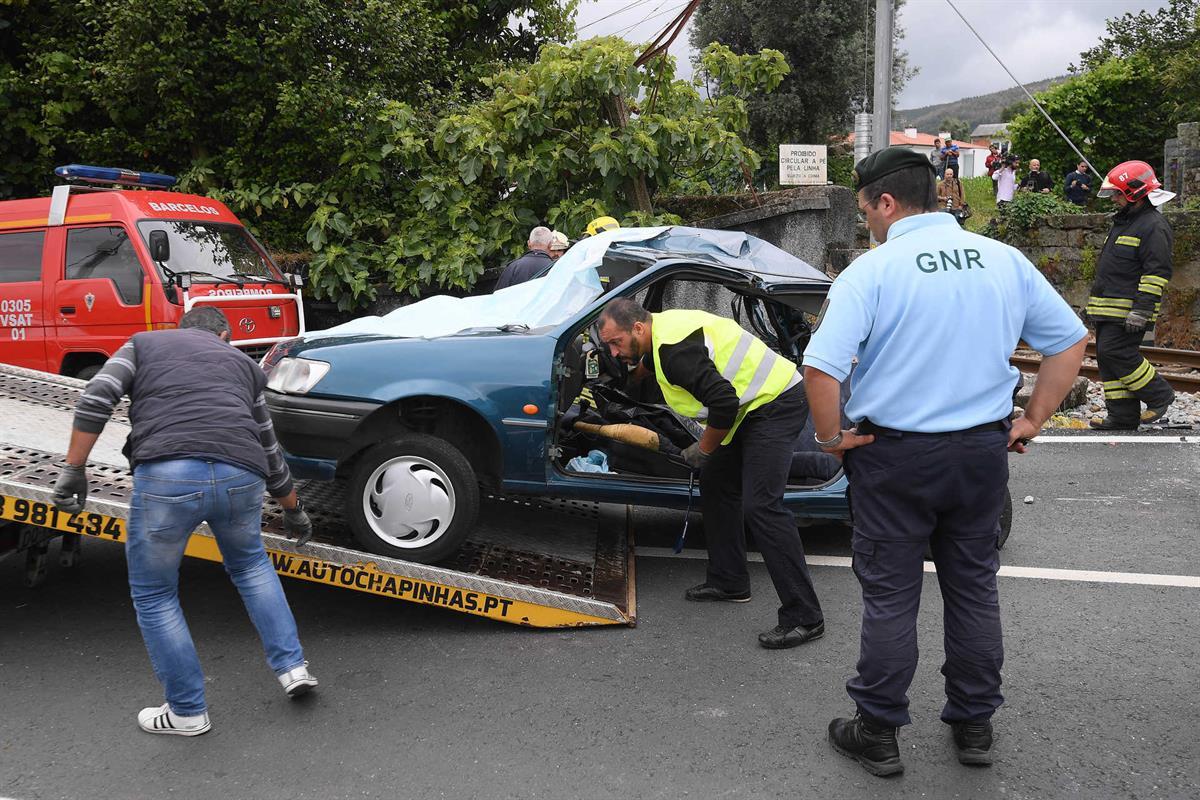 Resultado de imagem para Três mortos em colisão de comboio e automóvel numa passagem de nível de Barcelos
