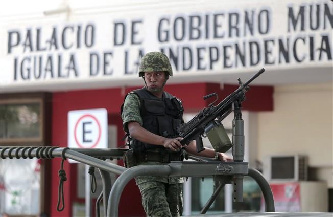 A polícia municipal foi desarmada após o envio de forças federais.   [###]