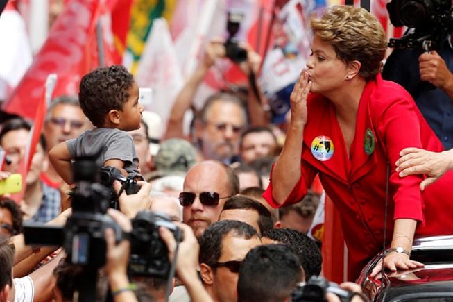 Mais de 141 milhões de eleitores brasileiros votam hoje na segunda volta das presidenciais.
