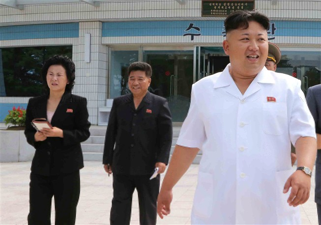 Uma foto da KCNA, de 7 de julho de 2014, mostra o líder norte-coreano, Kim Jong-un (direita), acompanhado pela irmã mais nova, Kim Yo-jong (à esquerda)