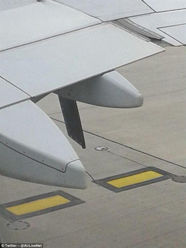 [Internacional] Peça solta numa asa força avião a aterrissar na Inglaterra Ng4931009