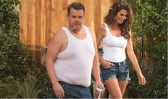 James Corden e Cindy Crawford recriam an�ncio