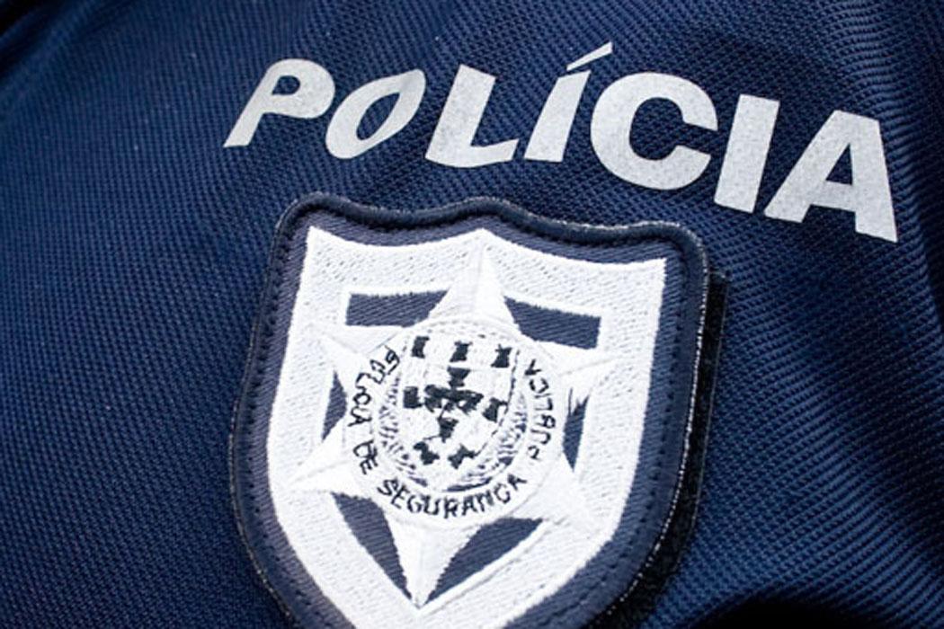 Grupo de adolescentes tenta tirar chapéu a polícia fardado bc75954acb7