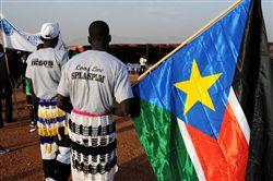 Sudanês com bandeira do Sudão do Sul durante o anúncio dos resultados preliminares