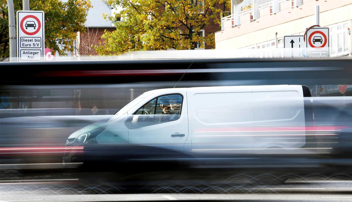 Resultado de imagem para Sistema de travagem de emergência vai ser obrigatório em todos os veículos em 2020