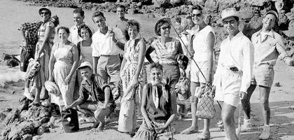 Cavaco Silva - de camisa branca, à esquerda na foto - entre os amigos, numa praia algarvia
