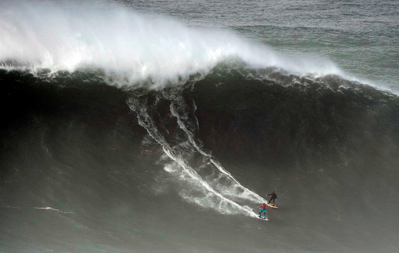 Resultado de imagem para Ondas gigantes na Nazaré. Surfista português hospitalizado após acidente