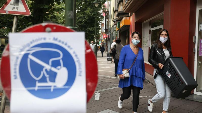 População usa máscara de proteção contra Covid-19 nas ruas de Bruxelas