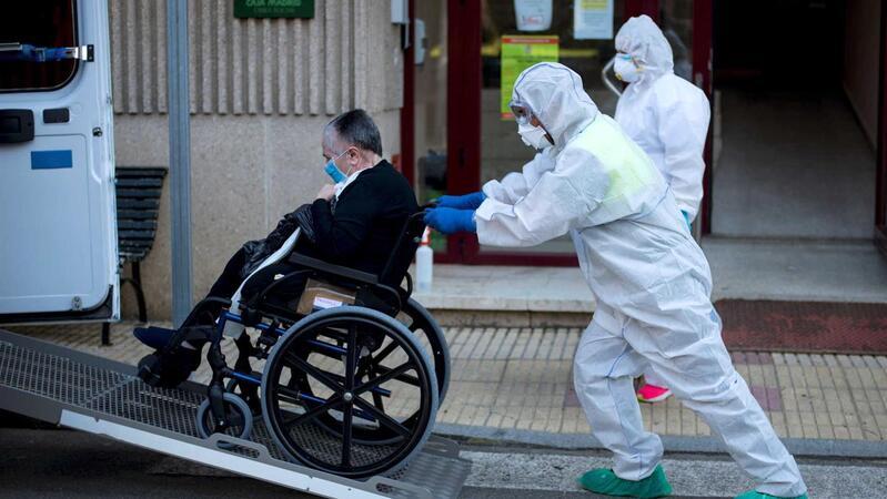 Residentes em lares de idosos de Madrid deixaram de ter acompanhamento hospitalar em março